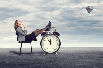 Eine Frau denkt über die Aktualität ihrer Bewerbung nach.