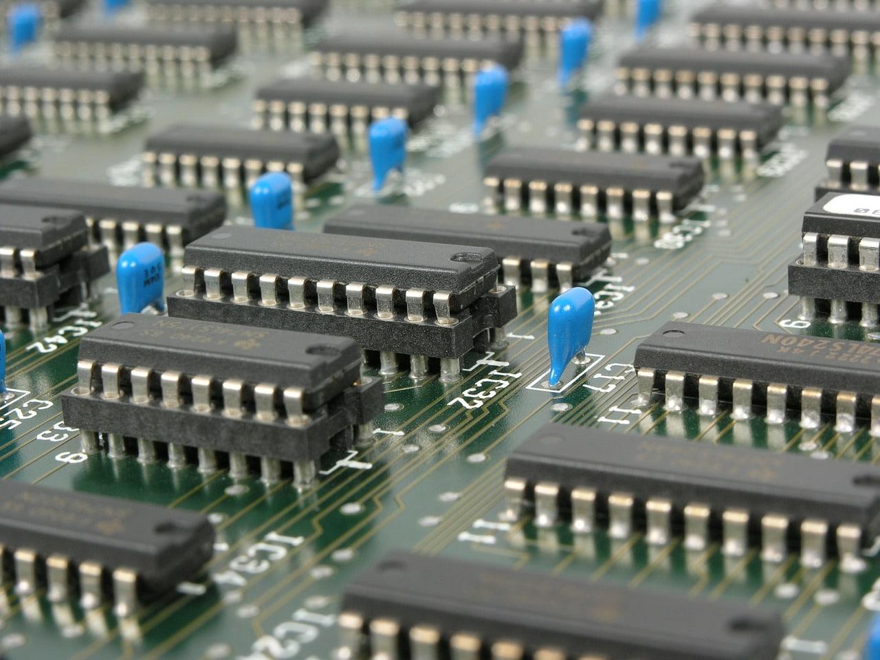 Eine bestückte Platine, wie IT-Systemelektroniker sie kennen.
